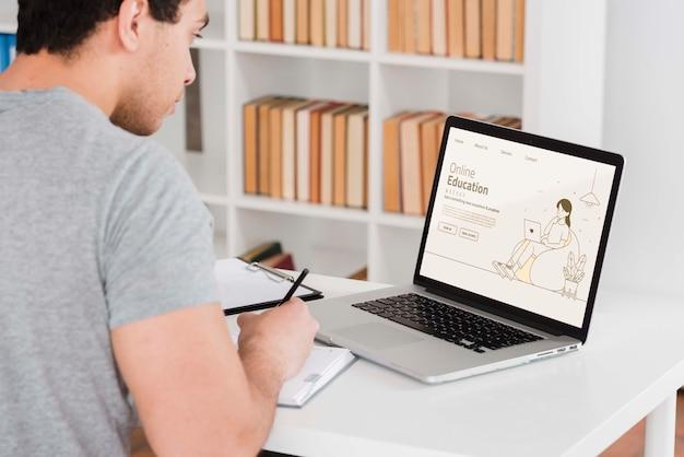 Mężczyzna uczy się online z laptopem