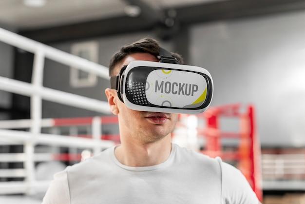 Mężczyzna używający okularów wirtualnej rzeczywistości na treningu bokserskim
