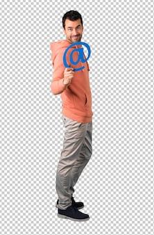 Mężczyzna w różowej bluzie trzymającej ikonę w dot com