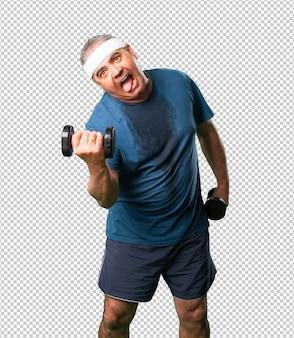 Mężczyzna w średnim wieku robi ćwiczenia z hantlami