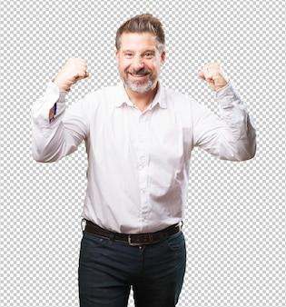 Mężczyzna w średnim wieku robi gest zwycięzcy