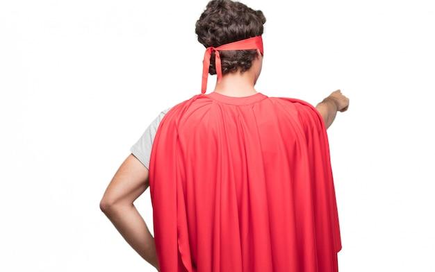 Mężczyzna w sukience superbohatera od tyłu