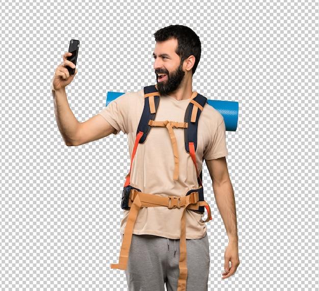 Mężczyzna wycieczkowicz robi selfie