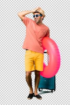 Mężczyzna z kapeluszem i okularami przeciwsłonecznymi na wakacjach właśnie coś sobie uświadomił i ma zamiar znaleźć rozwiązanie