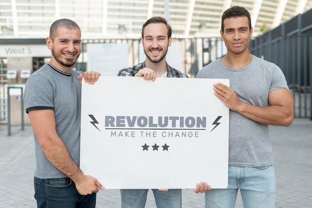 Mężczyźni posiadający makietę protestu