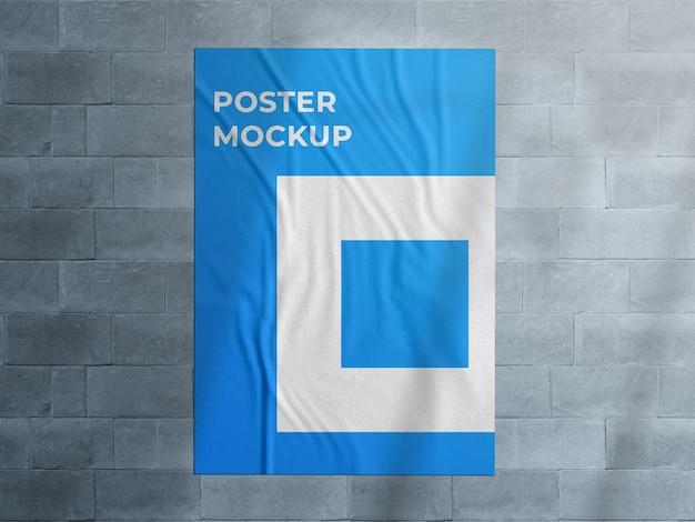 Miejska ściana reklamowa przyklejona makieta plakatu ulicznego z nakładką cienia