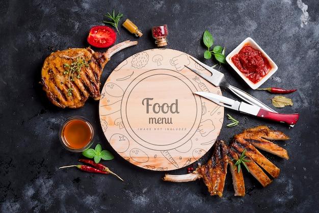 Mięso z grilla z sosem i miodem, pośrodku okrągła makieta