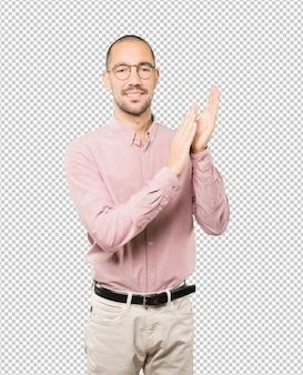Miły młody człowiek oklaskuje gest