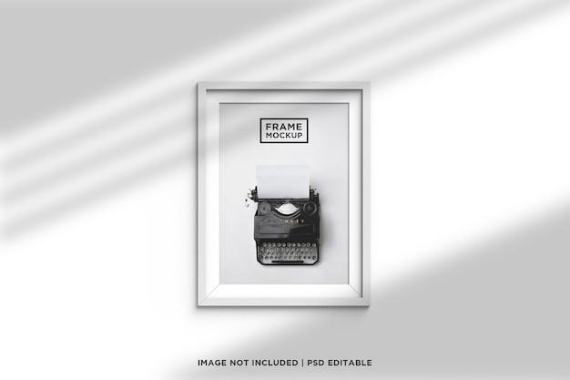 Minimalistyczna i kreatywna biała ramka makieta z cieniem i światłem okna