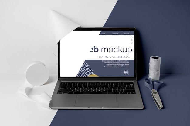 Minimalistyczna karnawałowa makieta z laptopem i nożyczkami