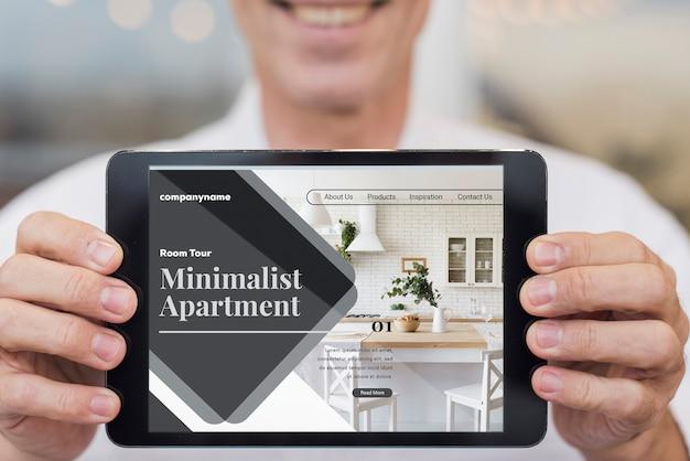 Minimalistyczna strona internetowa mieszkania z makietą tabletu