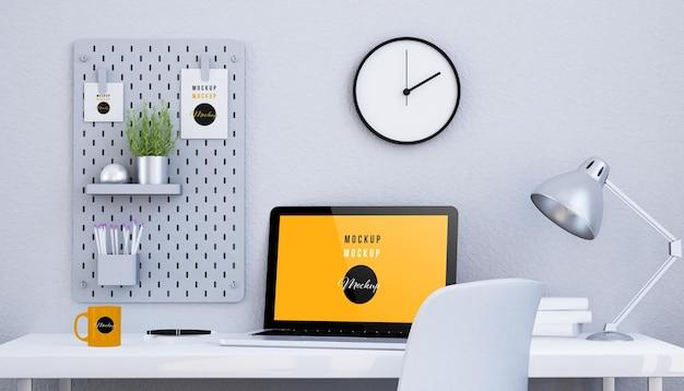 Minimalistyczne czarno-białe biurko z makietą laptopa z ekranem na białym tle