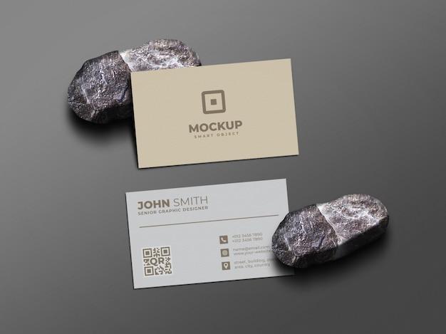 Minimalna i czysta makieta wizytówki na kamieniu
