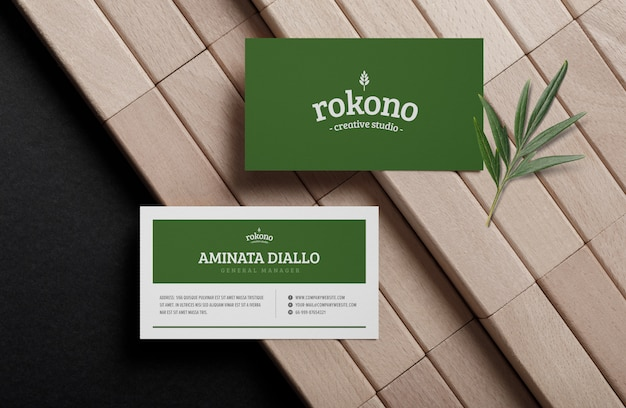Minimalna makieta wizytówki na drewnianym bloku