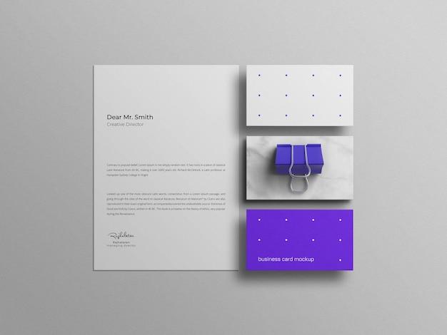 Minimalna niebieska wizytówka z makietą papieru firmowego