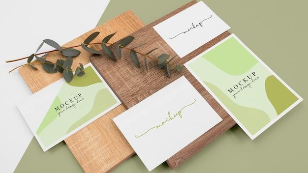 Minimalne materiały piśmienne i kawałek drewna