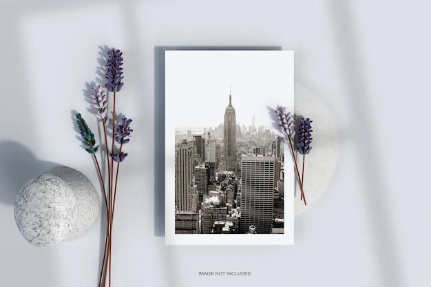 Minimalny plakat ulotki z makietą kwiatów