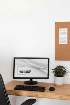 Minimalny projekt biurka z makietą urządzenia