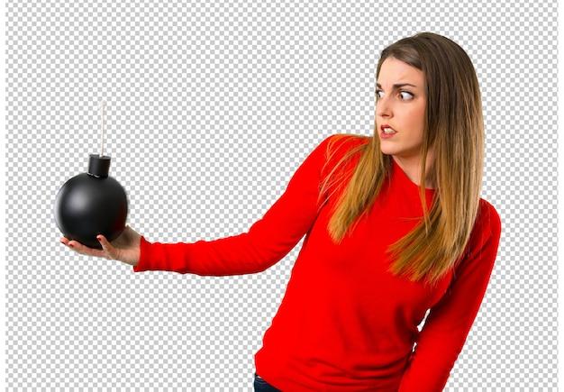 Młoda blondynki kobieta trzyma bombę