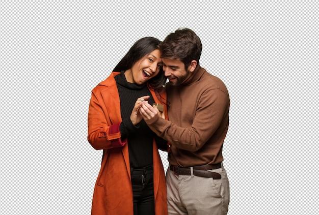 Młoda chłodno para świętuje valentines dzień