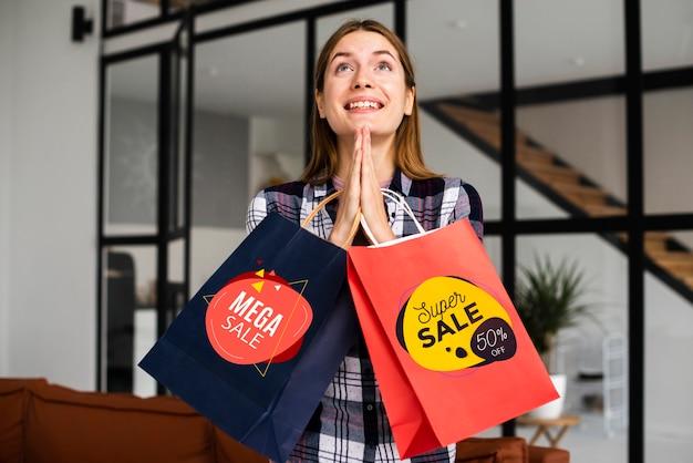 Młoda dama trzyma super sprzedaż papierowe torby
