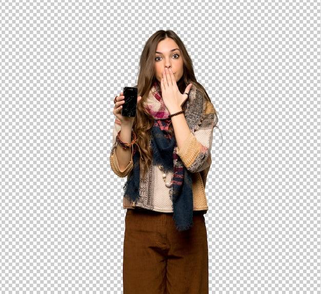 Młoda hipis kobieta z niepokojącym mienia łamającym smartphone