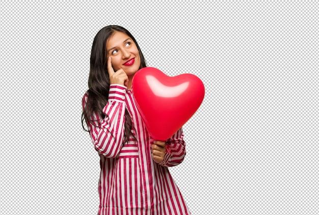 Młoda indyjska kobieta świętuje valentines dzień