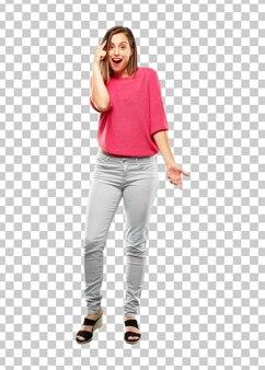 Młoda kobieta całe ciało. wyglądający na szczęśliwego i zaskoczonego