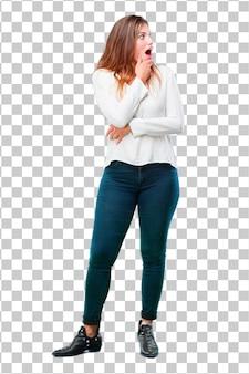 Młoda kobieta całkiem całe ciało zdumiony lub zszokowany wyrażenie
