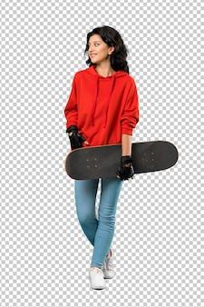 Młoda kobieta łyżwiarz z czerwoną bluzą