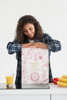 Młoda kobieta robi świeżemu sokowi