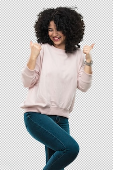 Młoda kobieta śmia się zwycięzcy gest i robi