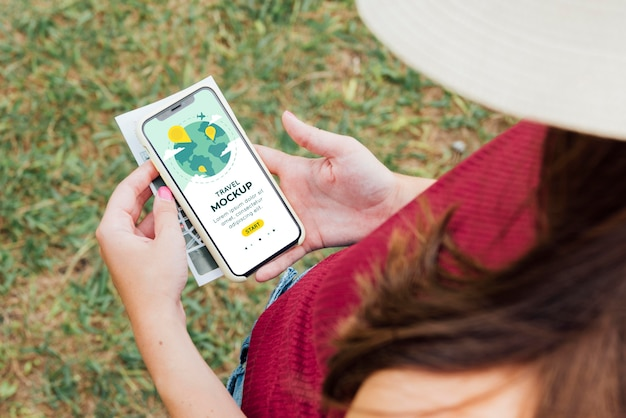 Młoda kobieta sprawdza jej makietę telefonu