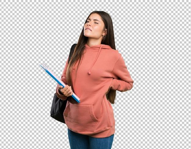 Młoda kobieta studentów posiadających notebooki cierpiących na bóle pleców za dokonanie wysiłku