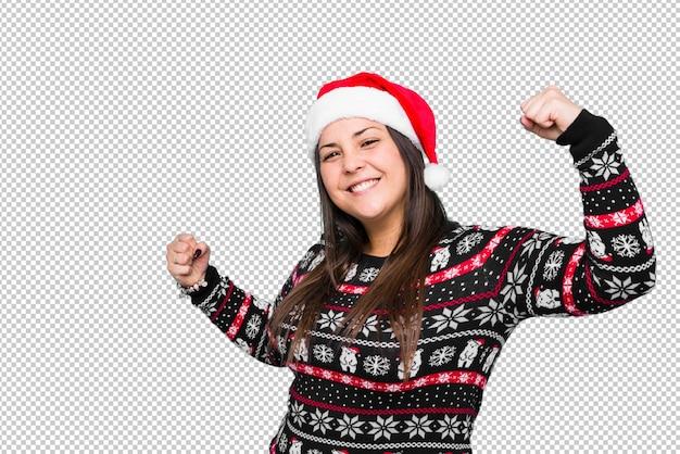 Młoda kobieta świętuje święto bożęgo narodzenia
