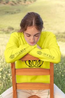 Młoda kobieta ubrana w atrapę bluzy z kapturem i długim rękawem