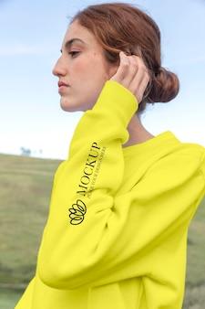 Młoda kobieta ubrana w atrapę bluzy z kapturem