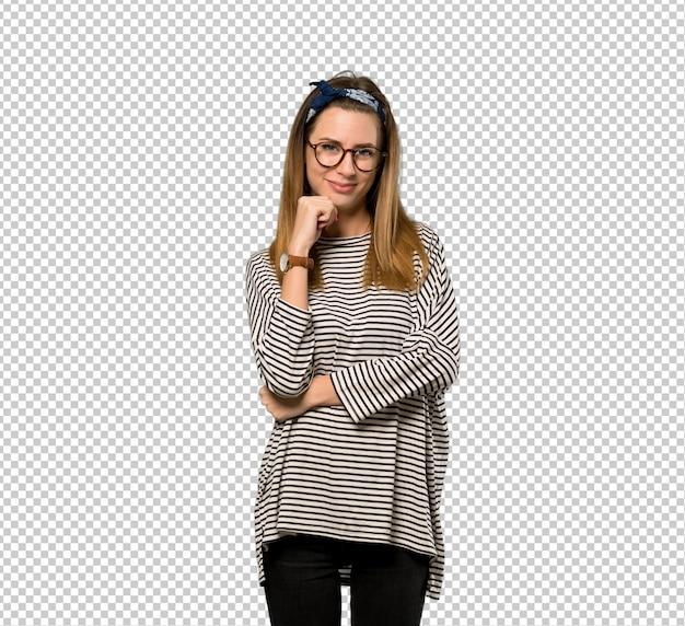 Młoda kobieta z chustka na głowę w okularach i uśmiechnięte