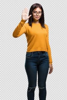 Młoda ładna kobieta pokazuje liczbę pięć, symbol liczenie, pojęcie matematyka, ufny i rozochocony