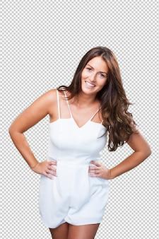 Młoda ładna kobieta pozuje na bielu
