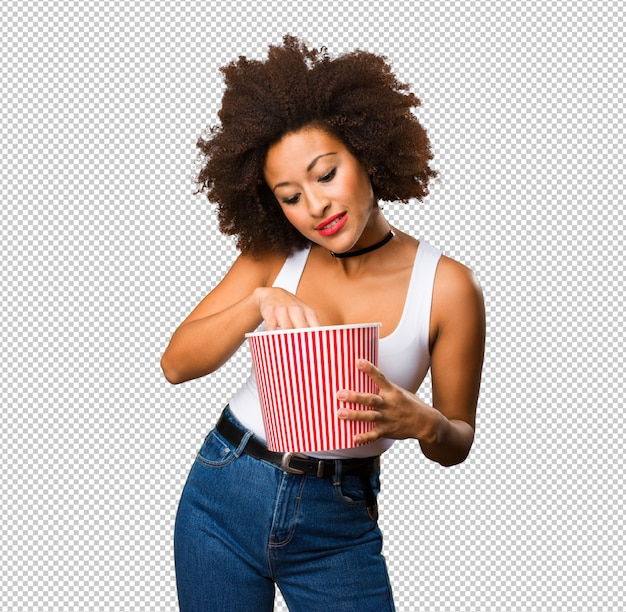 Młoda murzynka trzyma wiadro popcornu