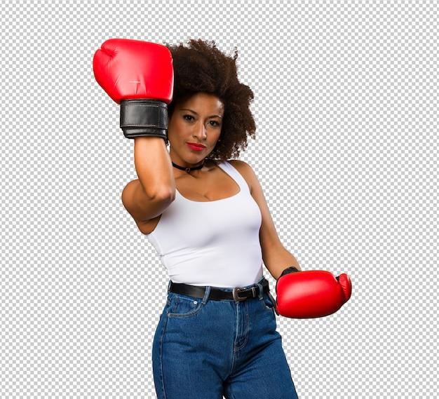 Młoda murzynka używa bokserskich rękawiczki