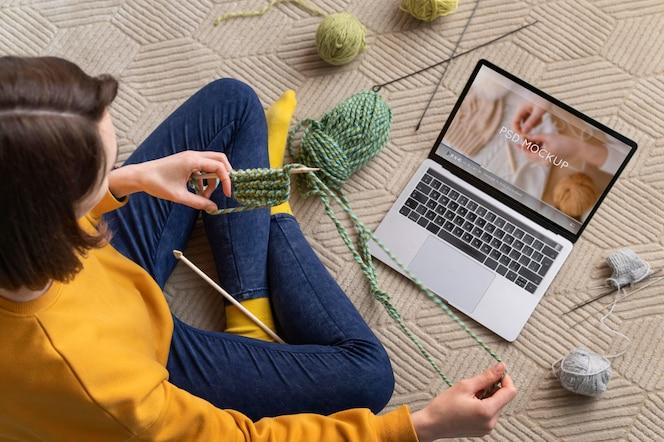 Młoda osoba i jej hobby w domu
