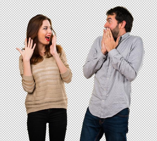 Młoda para podejmowania gest niespodzianka