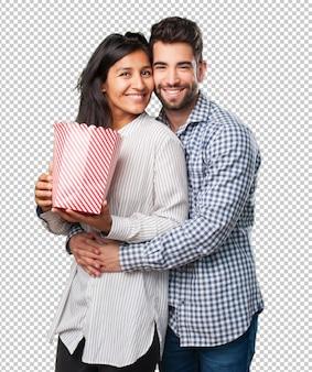 Młoda para trzyma popcorn