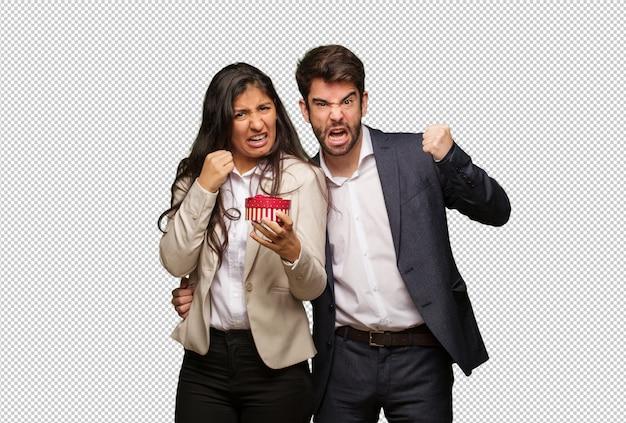 Młoda para w walentynki krzyczy bardzo zły i agresywny