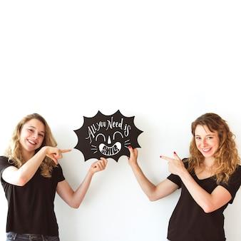 Młode dziewczyny trzyma mowy bąbel łupkowego mockup