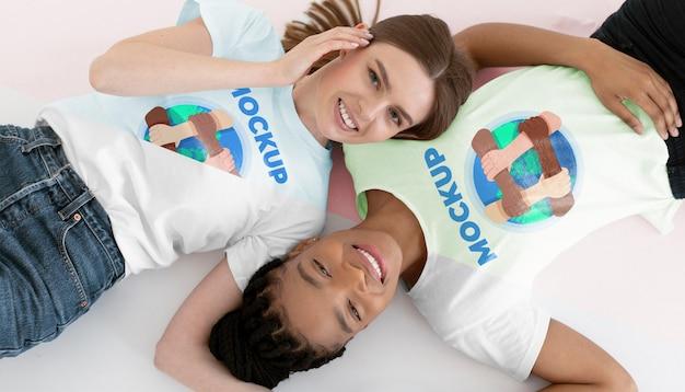 Młode kobiety reprezentujące koncepcję integracji z makietami t-shirtów