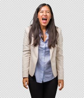 Młody biznesowy indyjski kobiety krzyczeć
