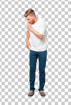 Młody blondynki mężczyzna kasłać, cierpiący zimy chorobę